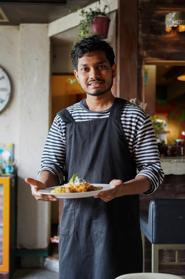 【Chari's Place】のスリランカカレーからの【麺道はなもこし】と【COFFEE & CAKE STAND LULU】。夜は【洋風食堂 枝】でテイクアウト。