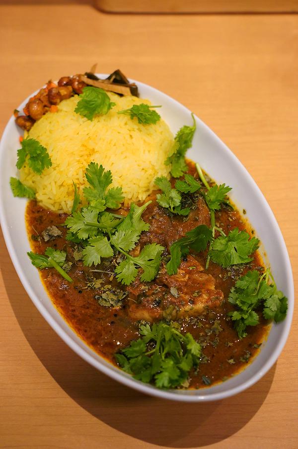 【マサラキッチン】で豚の角煮カレーからの【Connect Coffee】で竹炭ラテ。お昼は【かえる食堂 蓮】でサバスペシャル定食。