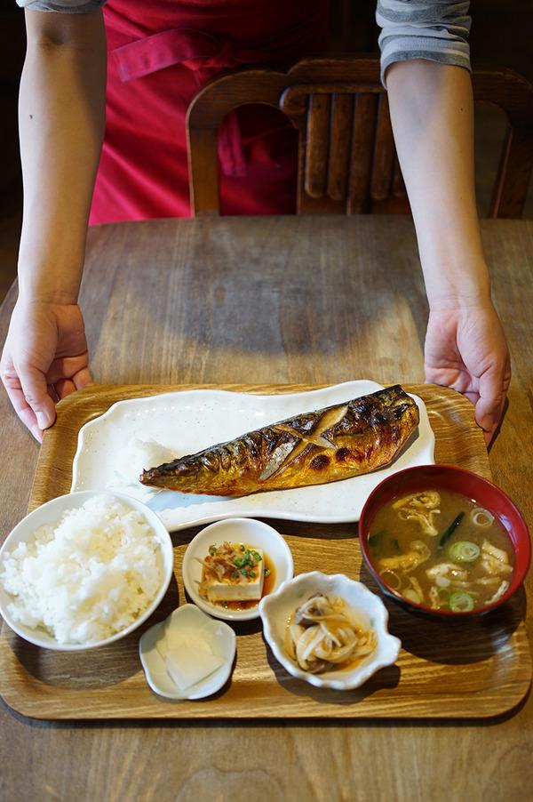 「かえる食堂 蓮」で大きくなった塩サバ定食780円。