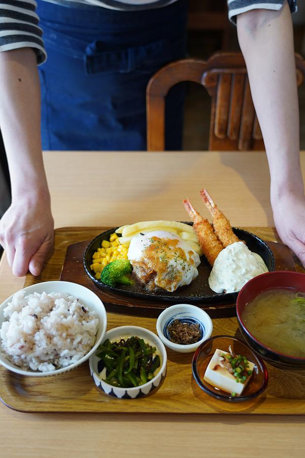 """【かえる食堂 蓮】でハンバーグと海老フライの定食。新年より""""ゆるべじプレート""""の提供が中止になりました。"""