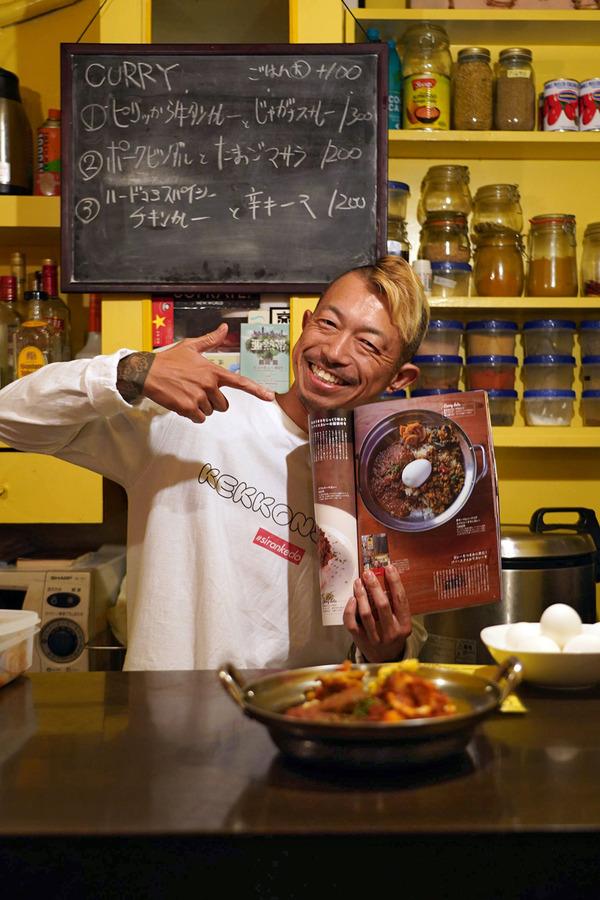 夜は【博多のカレ】でポークビンダルとたまごマサラ、からの【MOMENT COFFEE】でバナナジュース。昼は【洋食屋ちと】と【珈琲いわくま】。明日から福岡大丸『カレー展』始まります。