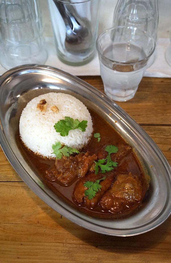 【路地裏カレー Tiki】でスパイシーチキンカレー、からの【珈琲いわくま】。夜は【中国菜 隨園】で中華麺。