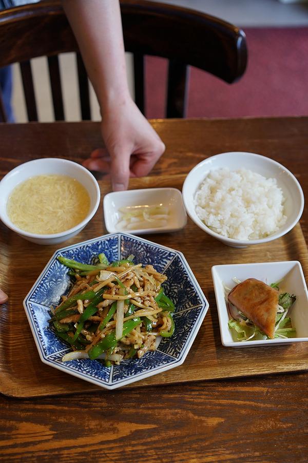 「杏仁荘」で週替わり定食、青椒肉絲定食。夜は「梅山鉄平食堂」「STEREO COFFEE」。
