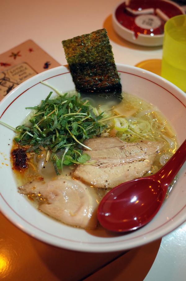 夜はJR香椎駅前「ロータスヌードル and ボウルズ」でフォー、昼は「Cafe檸檬」で日替わり定食。