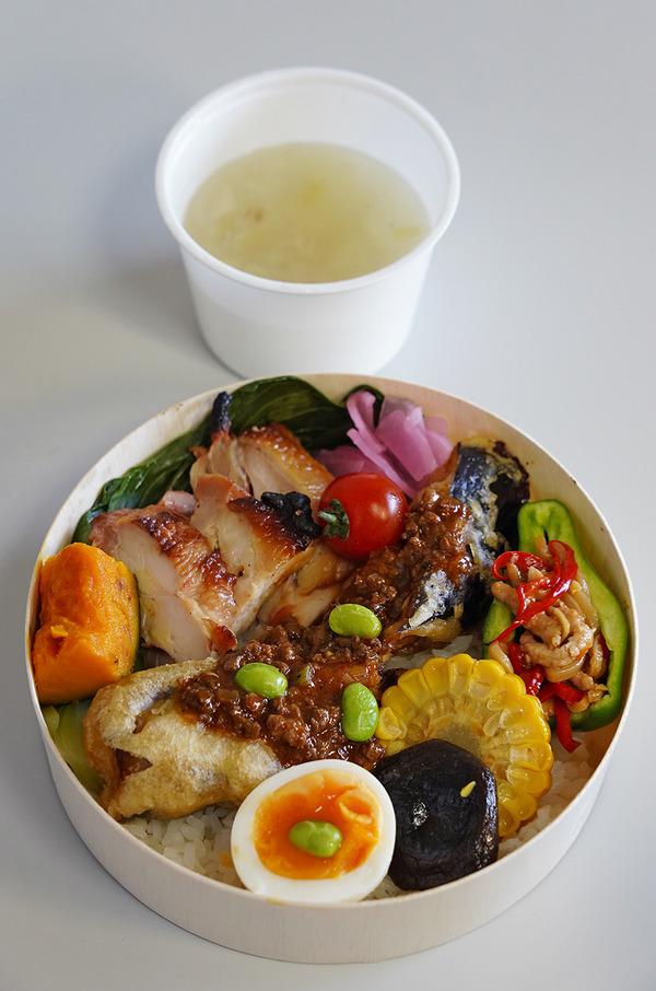 昼は【マンダリンマーケット文華市場】の丸弁当。夜は【杏仁荘】の白胡麻担々麺。今度の日曜日は【カレバカカレー】で合同カレー販売会。