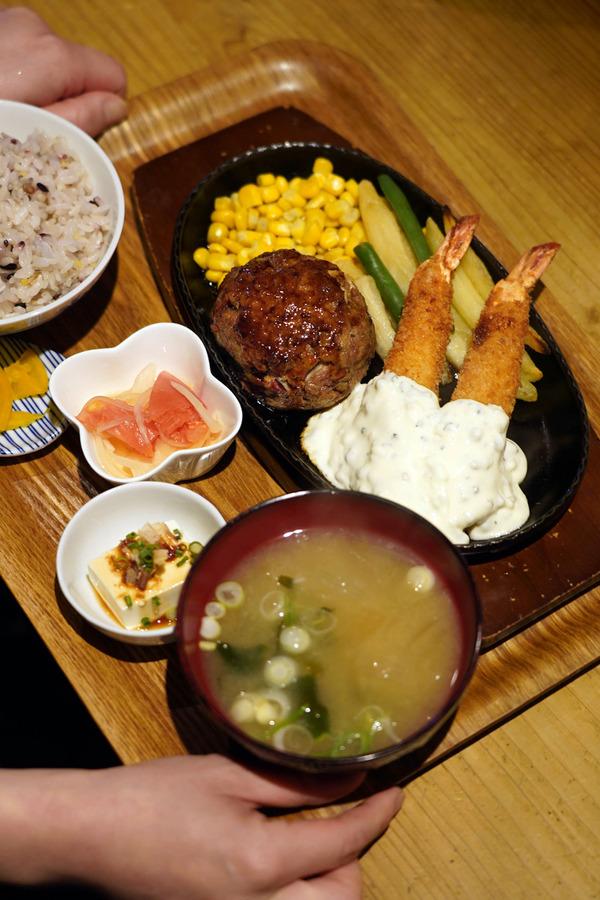 「かえる食堂 蓮」で手作りハンバーグと海老フライの定食。
