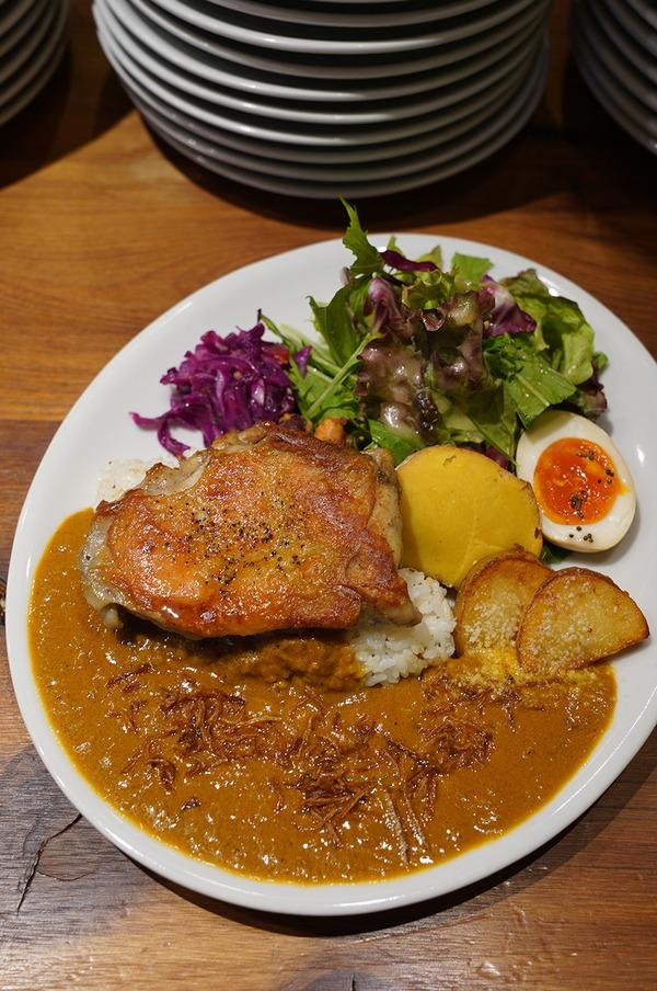 お昼は平尾【favo】でカレーランチと【FAKE IT COFFEE】。昨夜は【野乃猫】で大陸横断的なスパイスコース料理が素晴らしかった。