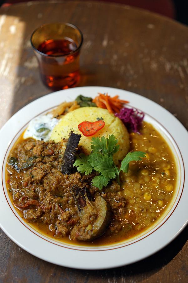 「回〜kai」で夏野菜のラム肉入りキーマカレー、からの「Connect Coffee」「Banx River」。