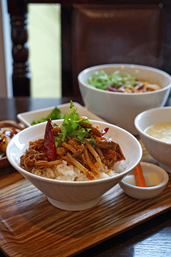 「杏仁荘」の週替わり牛肉四川煮込み定食、からの「ぶんカフェ」でコーヒー。