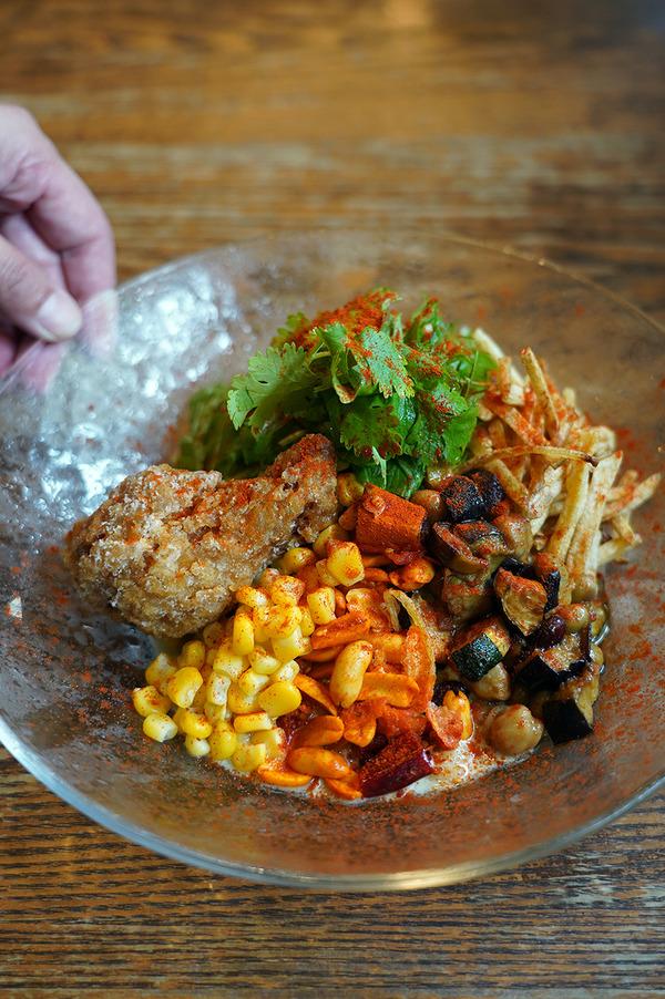 ランチに行列ができる人気店【杏仁荘】で夏野菜と手羽元のグリーンカレー冷麺を食べてみた。