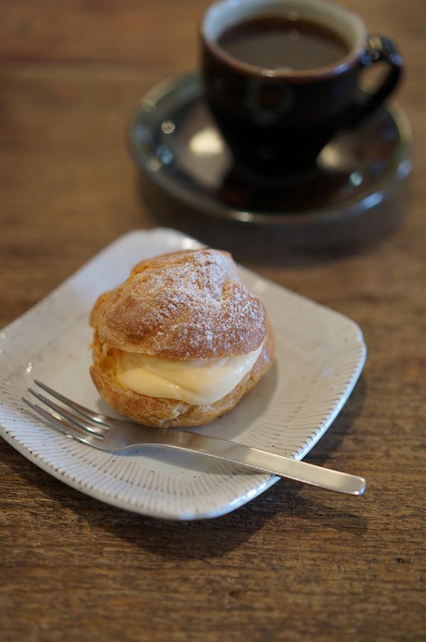 志免町「家鴨軒」でシュークリームと書き初めからの宇美町「K'z」で深煎りコーヒー。