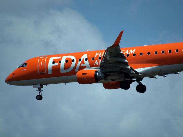 特に意味はないけど、飛んできたのでFDAのオレンジ色を撮ってみた。