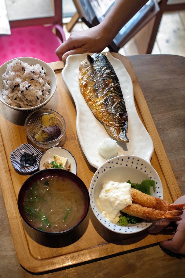 「かえる食堂 蓮」で塩サバ定食と海老フライ2本。