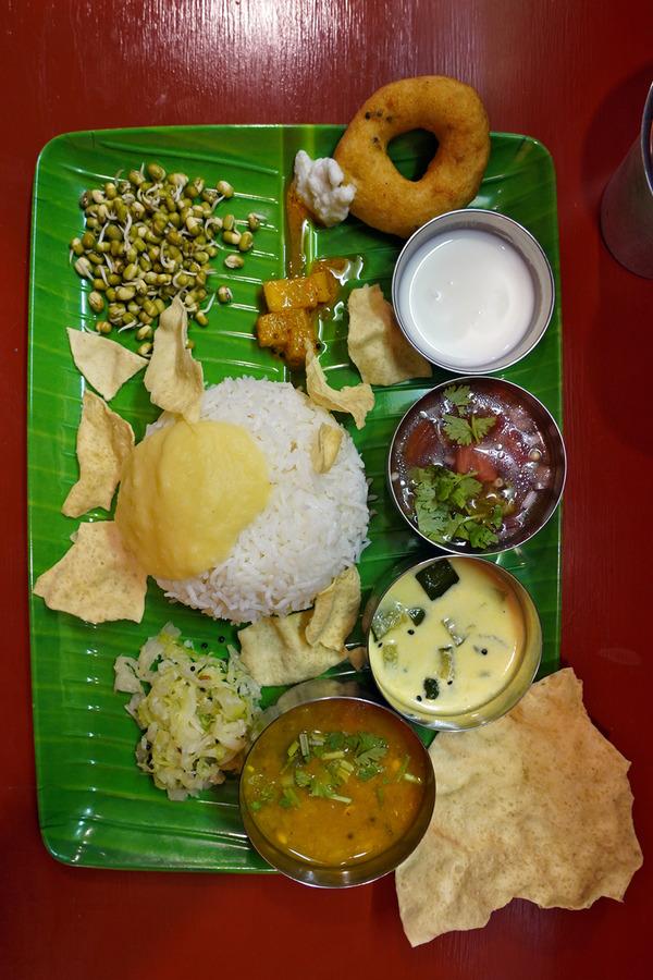 夜に【南インド食堂ワナッカム】でベジミールスからの【Banx River】で抹茶バナナジュース。