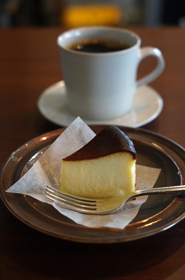 昼は【珈琲いわくま】でチーズケーキと【路地裏カレーTIKI】でスパイシーチキンカレー。夜は【居酒屋おぎはら】からの【珈琲小林】。