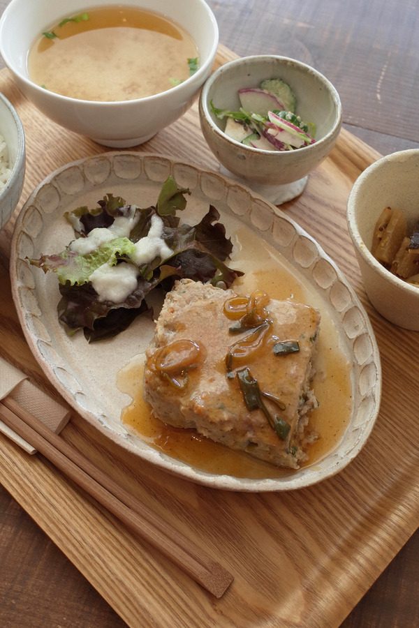 "「Cafe Lequeux(カフェルクー)」で一汁三菜のランチ。今日は""ミートローフ""。"