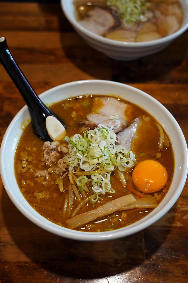 """お昼は【やっちゃんち】でカレー味の支那そば、からの【珈琲いわくま】。夜は""""マルハバの息子""""と高田さんと【とり焼肉エイト】。"""