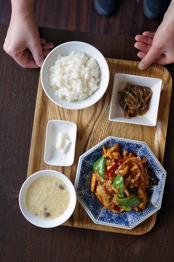 お昼は「杏仁荘」で豚キムチ定食。夜はデビさんと「うちだ産業」「コケット」「Pin」。