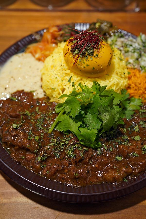 今夜は名島【和平カレー】で牛バラビンダルーからの【珈琲小林】。お昼は【杏仁荘】で週替わり定食。昨夜は【mama curry】【MOMENT COFFEE】からの『カレバカラジオ』でした。