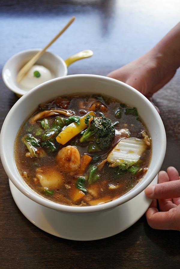 お昼は「杏仁荘」で五目とろみ麺。