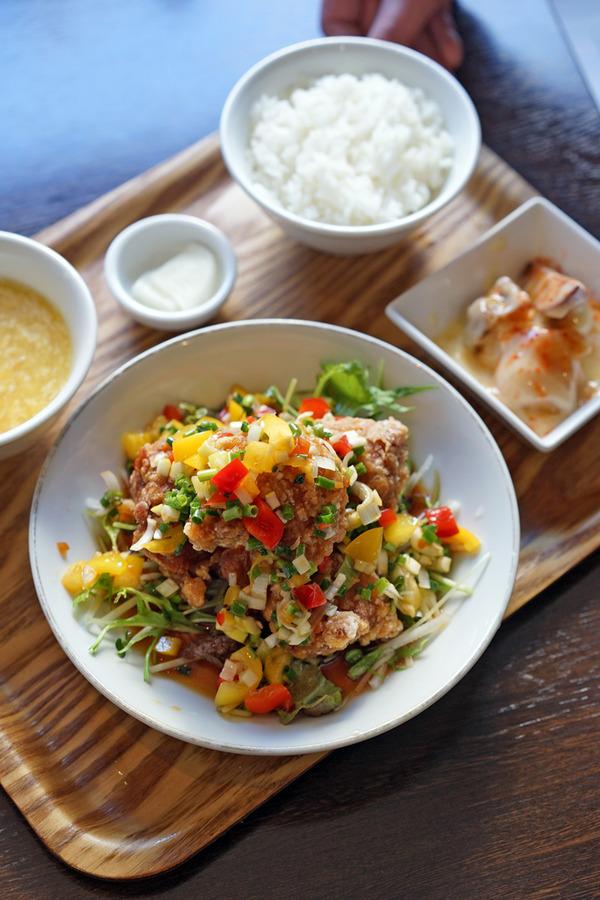 お昼は「杏仁荘」で油淋鶏定食、夜は「MOMENT COFFEE」でとんちピクルスさんとゼロキチさんのライブ。