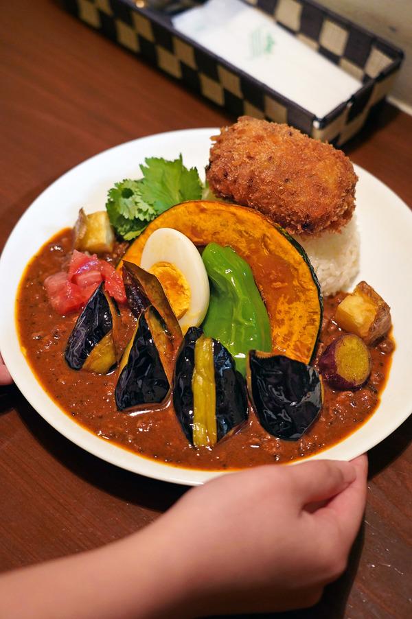 夜は「オカノカリー」で半日分の野菜とメンチカツのラムキーマカレー、からの「そふ珈琲」でラムレーズンパウンドケーキ。昼は「猪の」で海鮮丼。