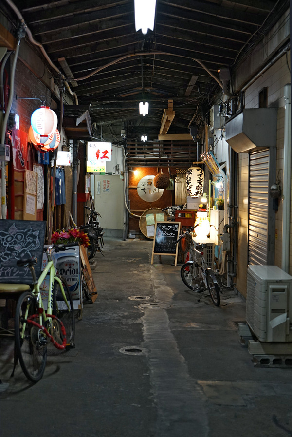 夜は三角市場「ガチマイシーサー」から「マヌコーヒー春吉店」。昼は「公園通り」で日替わりランチ。