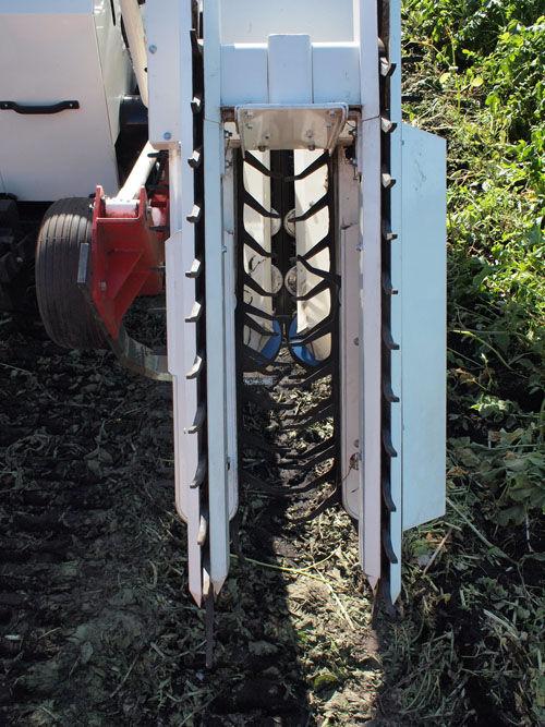 大根を畑から抜く機械