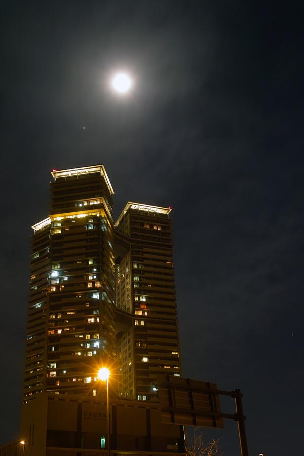SIGMAで撮った、アイランドタワースカイクラブと満月。