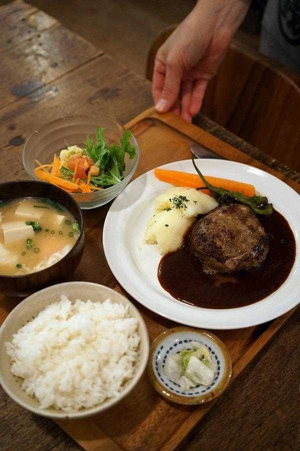「家鴨軒」で九州産牛肉100%のハンバーグ定食。