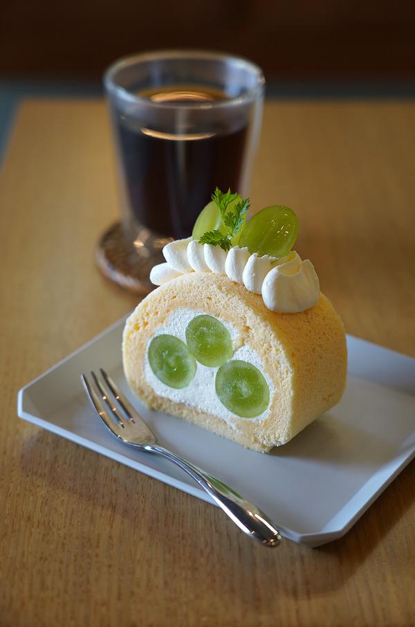 【Coffee & Cake Stand LULU】でシャインマスカットのロールケーキ。【杏仁荘】【お好み焼きDINING狼月ーROCKYー】【珈琲小林】。そして『カレバカラジオ』企画のレトルトカレーのこと。