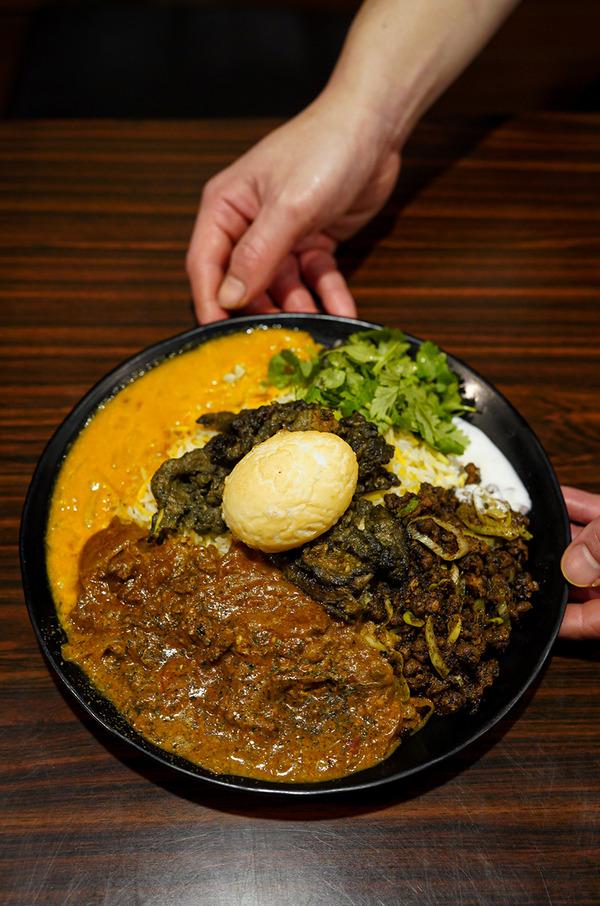 夜に【キャンチョメ102】で牛と豚と羊のカレーと魚出汁の豆カレーと素揚げゆで卵。