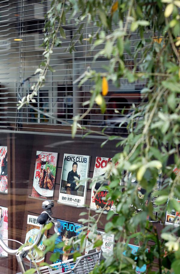 箱崎「cafe KUBRIC」で関西カルチャーマガジン「IN/SECTS」と「シティ情報ふくおか」の両編集長のトークショー。