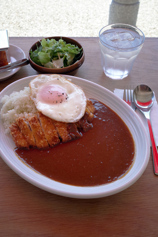 須崎公園前「Curry Cafe TSUBO」でカツカレー、からの「MOMENT COFFEE」。