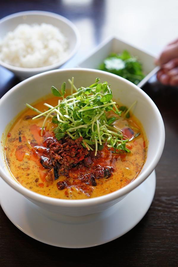 「杏仁荘」の週替わり麺は、咖喱担々麺。夜は「LULU」と「洋風食堂 枝」。