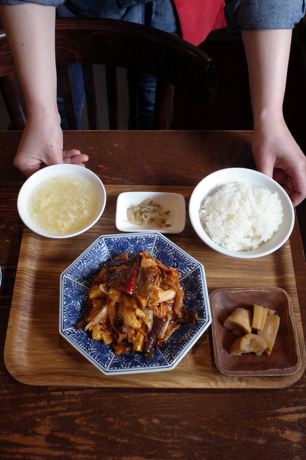 """お昼は「杏仁荘」で週替わり""""豚キムチ炒め定食""""、夜は「らぁめんシフク」で塩らぁめんと唐揚げセット。"""