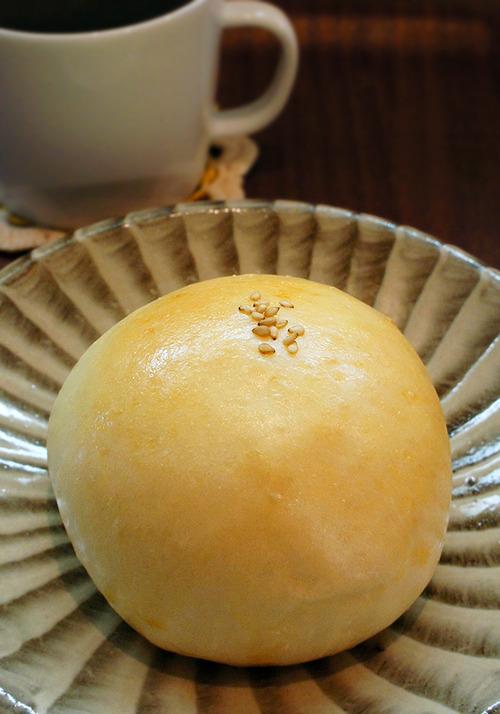 小石原焼きに載ったお月様。家鴨軒のお芋あんパン。