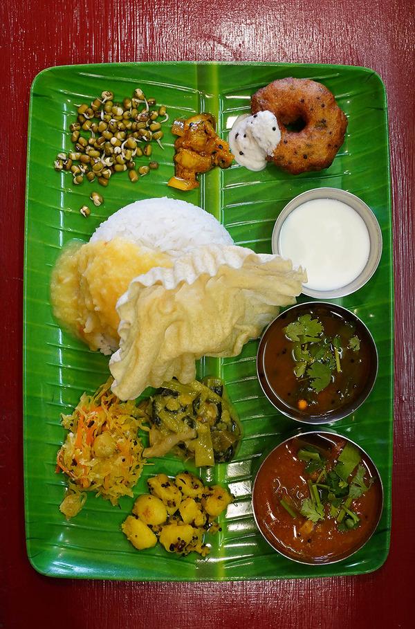 昼は2周年の【インド食堂ワナッカム】でベジミールスとチキンカラヒからの【ホピ珈琲】。夜は【葉隠うどん】からの【珈琲小林】。