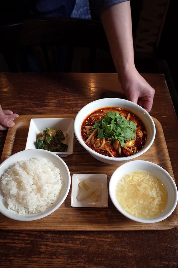 """「杏仁荘」で週替わりの""""白身魚四川煮込み定食""""、辛いよ。"""