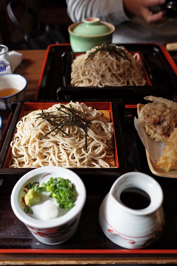 東区箱崎ふ頭「湯桶庵」で天ざるそばととろろ飯。