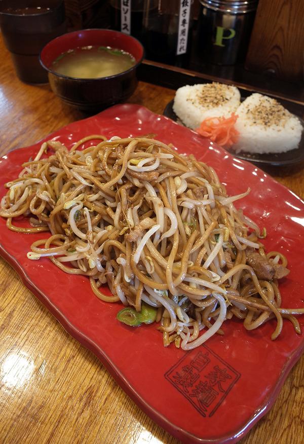 「バソキ屋 西月隈店」で麺焼きそばと味噌汁とおにぎりで690円。