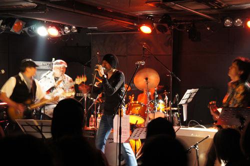 往年のロックシンガー、生沢佑一さんのライブに行きました。