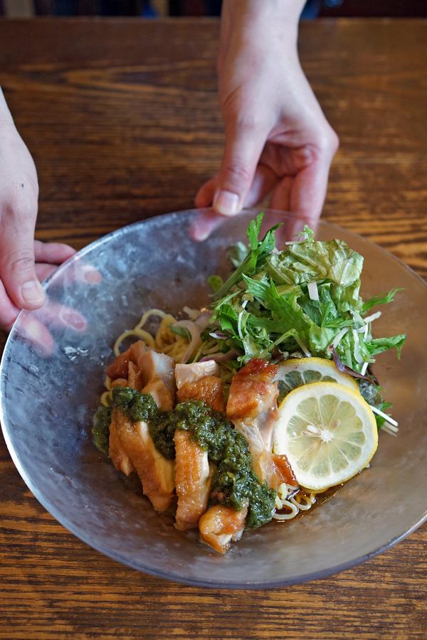 昼は「杏仁荘」で鶏叉焼とたっぷり野菜の椒麻冷麺。夜は「オカノカリー」でいつものカレーからの「そふ珈琲」。