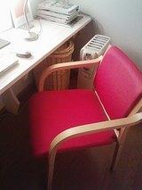 師走に赤い椅子