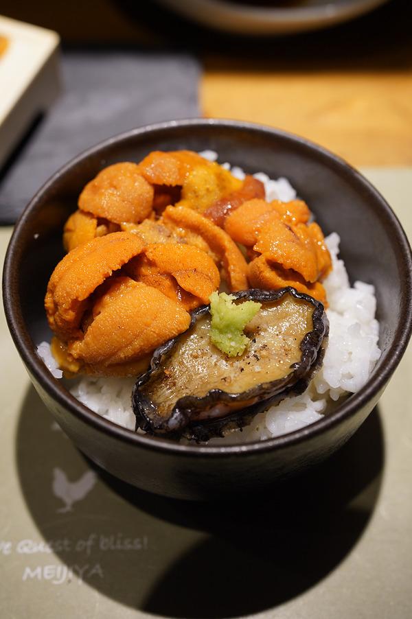 【炭火博多焼肉 明治屋 古門戸店】で晩ご飯。今回はアワビが出てきた。