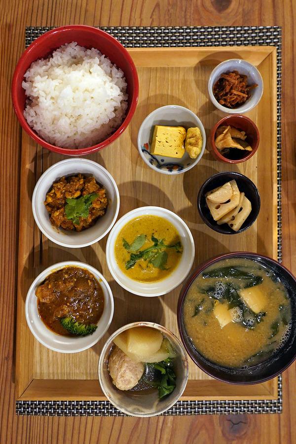 夜は【うちだ産業】でカレー御膳からの【Banx River】。昼は【杏仁荘】で週替わり定食。