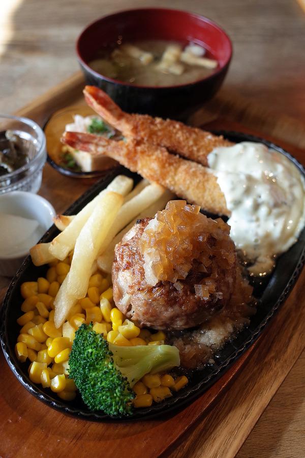 「かえる食堂 蓮」でいつものハンバーグと海老フライの定食。