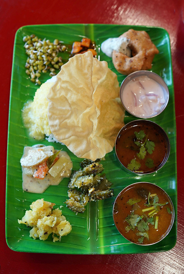 【インド食堂 ワナッカム】でベジミールスからの【HARU COFFEE】。昨夜は【とり焼肉エイト】で作戦会議。今夜木曜日22時からは『カレバカラジオ』の生放送。