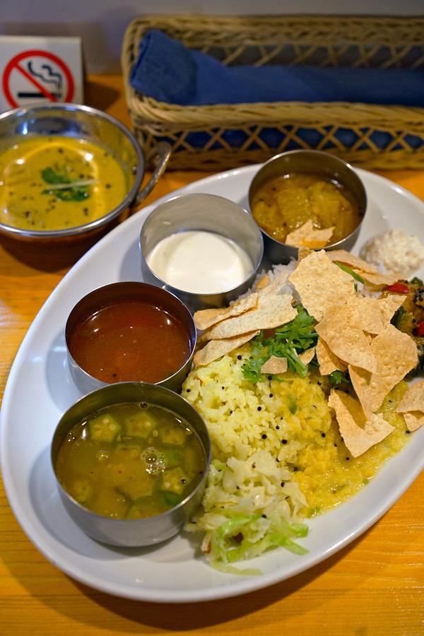 昼は「ポラポラ食堂」でベジミールス。夜は「HANAMARU厨房」からの「manu coffee 春吉店」。