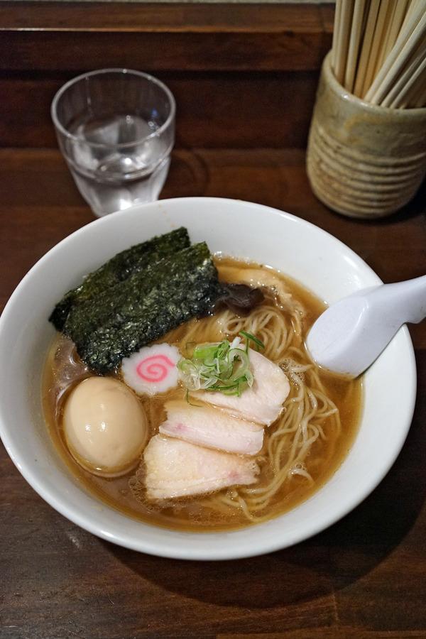 「麺道はなもこし」で中華そば、からの「LULU」「Pin」。夜は「かえる食堂」で海苔弁当。